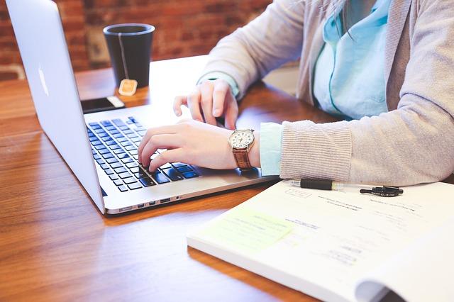 パソコンで文章を書く人