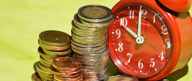 たくさんのコインと時計
