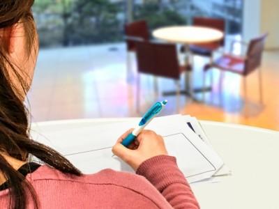 アドセンス審査に受かるために勉強する女性