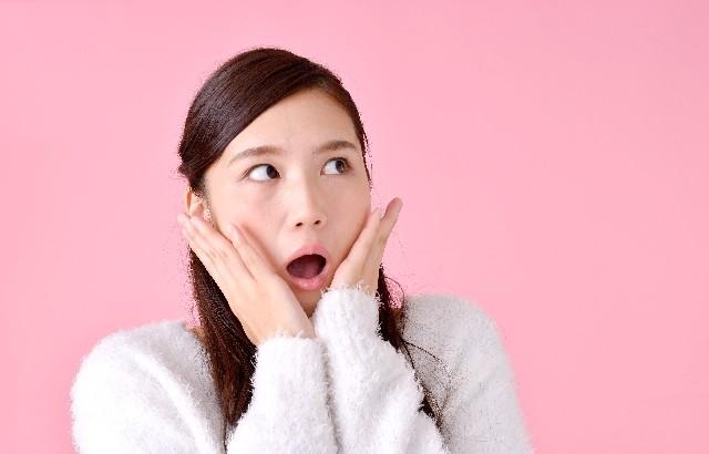 ビックリ仰天の女性(ピンク背景)